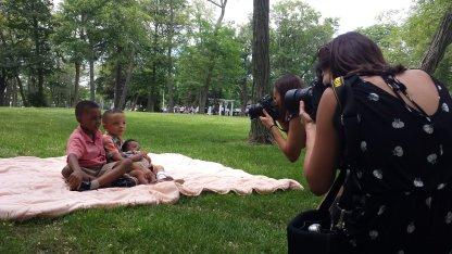Photographer_Taking_FamilyPic_Park.jpg