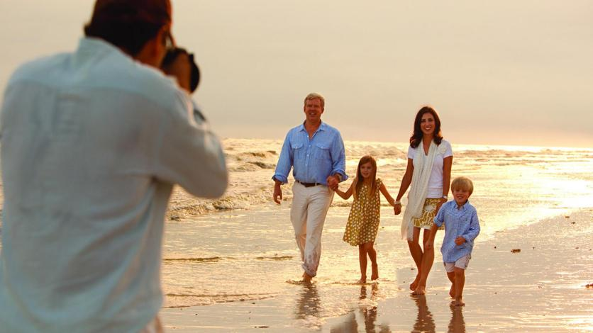 Photographer_Taking_FamilyPic_Beach