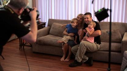 Photographer_Taking_FamilyPic_Indoors